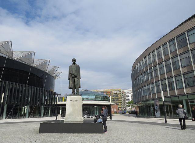 socha TGM mezi Kongresovým a univerzitním centrem