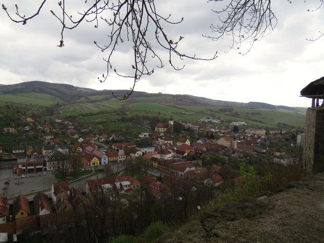Brumov z hradního vrchu - za kostelem je vidět hřbitovní zeď