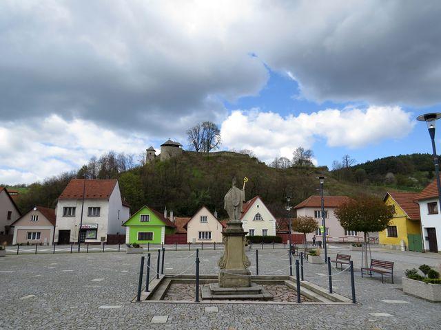 hradní vrch z centra městečka