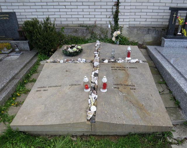 hrob Ludvíka Vaculíka na brumovském hřbitově; www.svatosi.cz