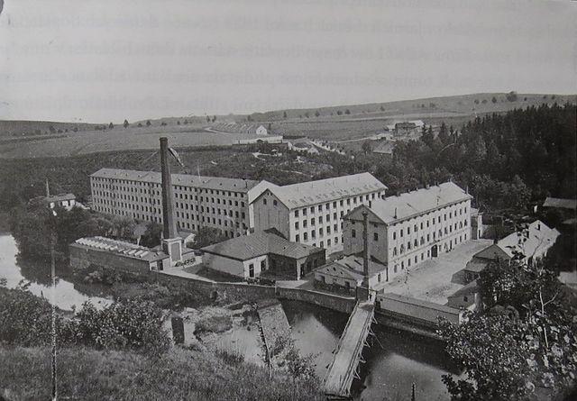 helenínská továrna, vzadu dělnické domky, konec 19. století (z knihy Z. Geista Löwovi)
