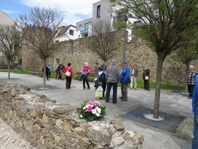 účastníci vycházky se scházejí v parku, kytice pro Gustava Mahlera je připravena; www.svatosi.cz