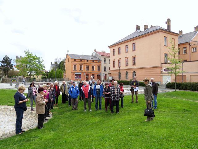 Iva Svobodová vítá účastníky a sděluje program vycházky