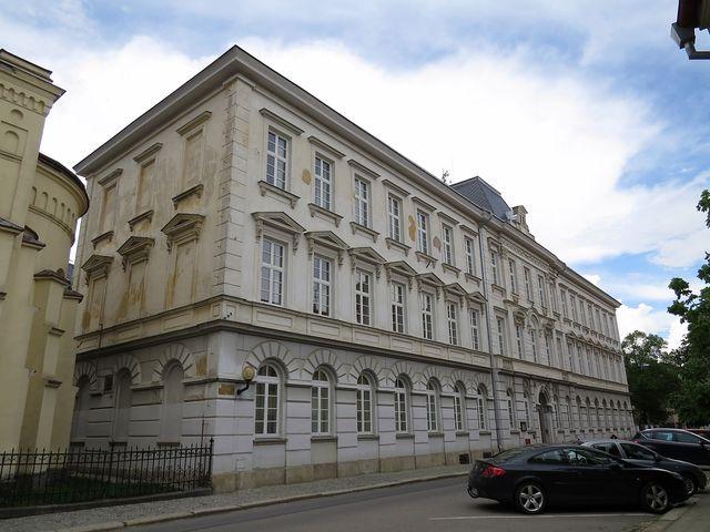 budova bývalé měšťanky, dnes zdravotnická škola, se příliš nezměnila