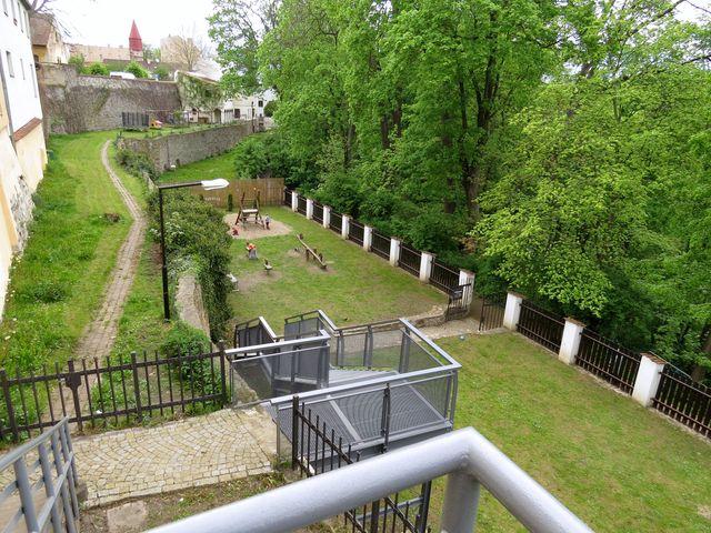 nové schody do parku Heulos