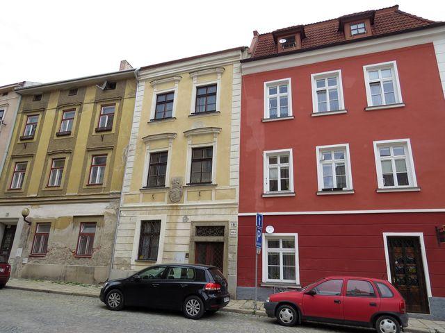 žlutý dům - U Mincovny č. 9 - zde bxdlel učitel hudby Jakub Sladký