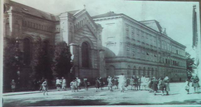 vedle kostela Pavla Sperata je dívčí měšťanská škola