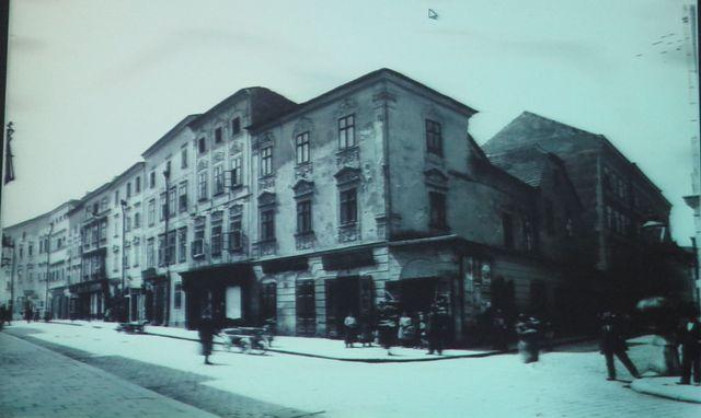 místo tehdejší rohové budovy byl postaven asi v roce 1910 hotel Grand