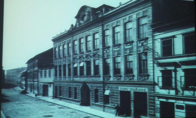 za Mahlerových dob bylo v budově dívčí lyceum, budovy vedle patřily chlapecké obecné škole, kam chodil Gustav Mahler