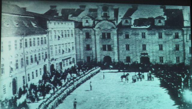 vojenská přehlídka na horním náměstí