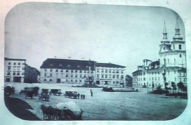 dřívější podoba náměstí - jeden z paláců je hejtmanství, druhý soud