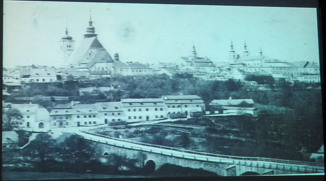 Brněnský most a jihlavské věže v době Mahlerově; most byl vybudován asi v 80. letech 18. století (v souvislosti se stavbou císařské silnice)