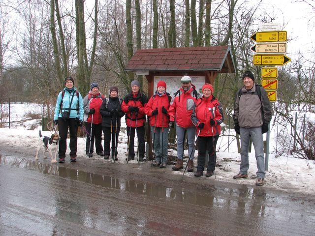 výprava turistů před nádražím v Jihlávce; foto F. Janeček