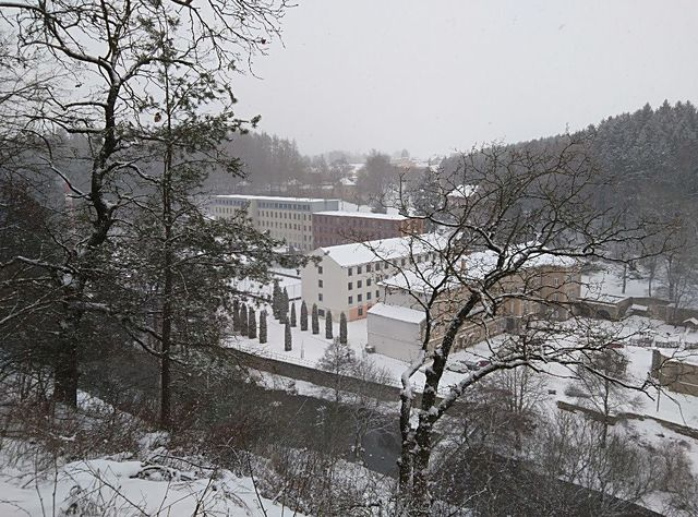 pohled na bývalou továrnu z Löwovy vyhlídky na helenínské skále; foto J. Korbel