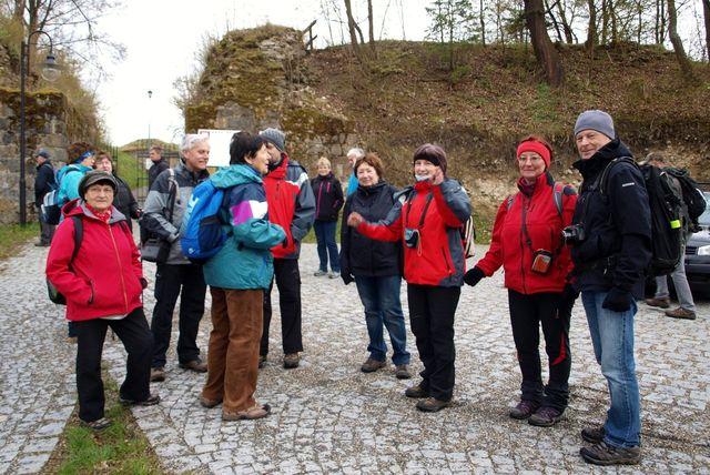 před hradem Brumov čekáme na druhou skupinu účastníků; foto L. Žáková