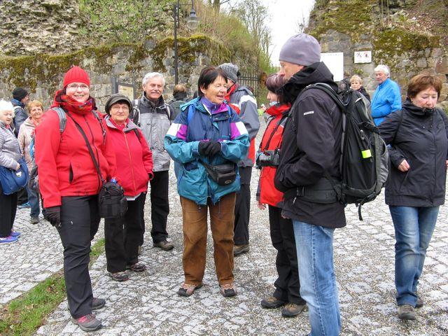 čekáme na prohlídku hradu Brumova; foto M. Bradová