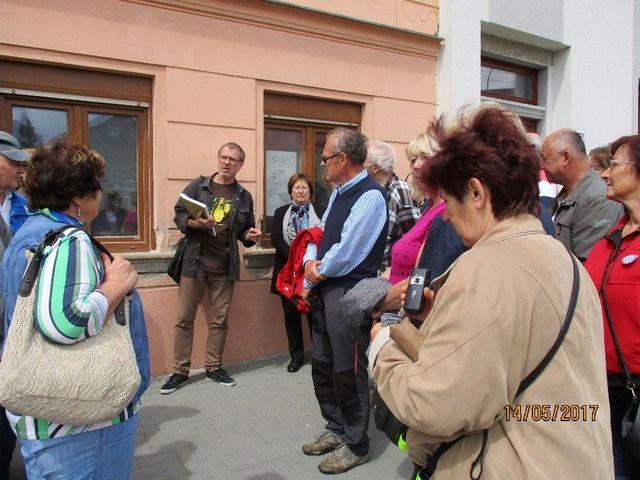 vedoucí vycházky Mgr. Petr Dvořák vypráví o významných domech, které existovaly v Jihlavě v době mládí GM; foto Pavla Varhaníková