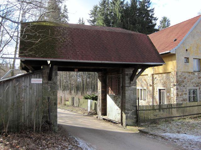 hospodářský vjezd do bývalého statku Löwových v Henčově