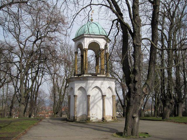 kaple Božího hrobu mezi rozhlednou a budovou Bludiště na Petříně postavená v roce 1738 jako poslední zastavení křížové cesty na Petříně