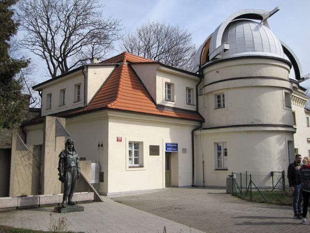 Štefánikova hvězdárna, před slunečními hodinami socha M. R. Štefánika