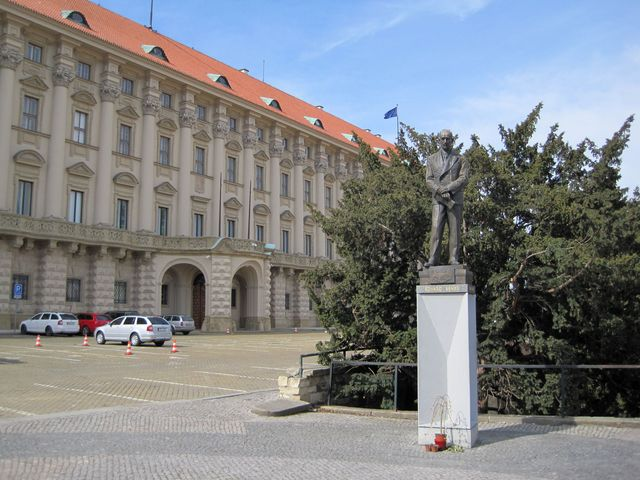 Černínský palác (od roku 1934 Ministerstvo zahraničních věcí ČR) a socha Edvarda Beneše na Loretánském náměstí
