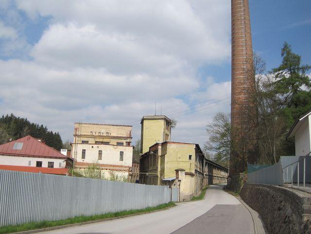 cyklostezka Jihlava - Třebíč - Raabs vede kolem bývalé továrny v Malém Beranově