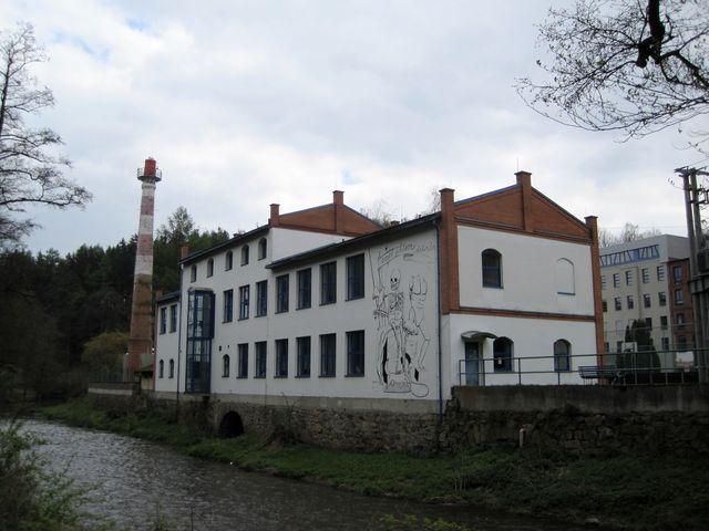 výzdoba na jedné z budov bývalé textilní továrny