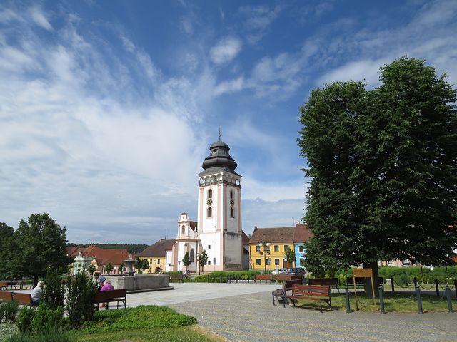 centrum Bechyně s kostelem sv. Matěje; www.svatosi.cz