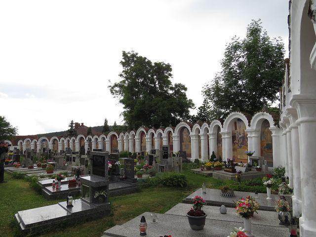 na hřbitově je 108 kapliček