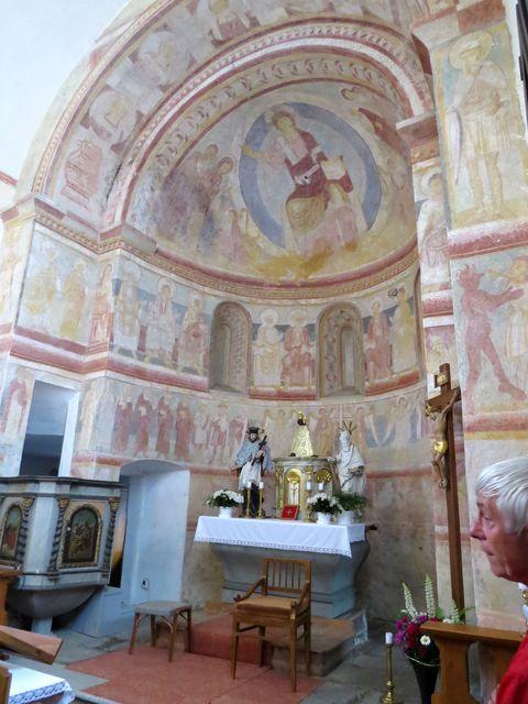 interiér románského kostela v Albrechticích nad Vltavou