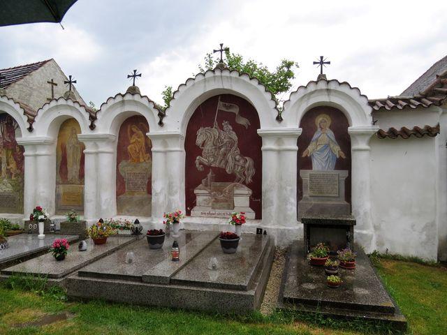 každá kaplička má malbu světce a pod ním mravoučný veršovaný epitaf