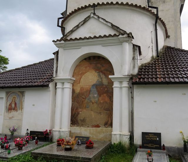 náhrobek faráře Víta Cízy, který začal hřbitov budovat v roce 1840