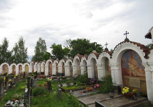kapličky ve zdi hřbitova byly dokončeny během 30 let, dnes jsou památkově chráněné