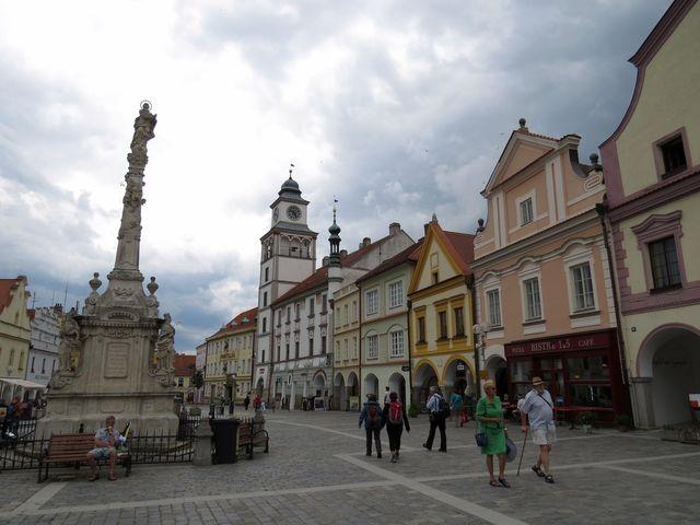 mraky nad třeboňským náměstím věští déšť; www.svatosi.cz
