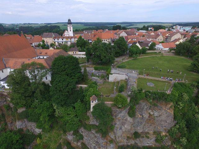 historické město Bechyně, studenti u3v v klášterní zahradě, z níž spadají útesy k řece Lužnici; foto F. Smrčka