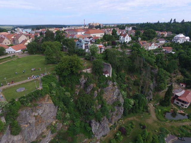 na skále je vidět konec severní středověké hradby, která uzavírá klášterní zahradu; foto F. Smrčka