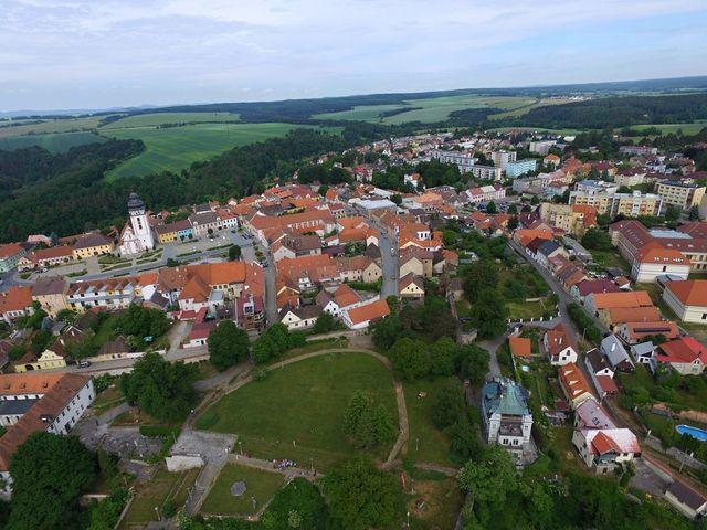 centrum města na ostrohu - hradby se táhly až k údolí říčky Smutné; foto F. Smrčka