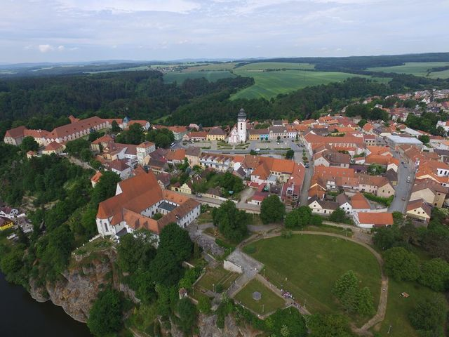 na výběžku skalního ostrohu vidíme zámek, vlevo od zahrady je na skále nad Lužnicí klášterní areál s kostelem; foto F. Smrčka