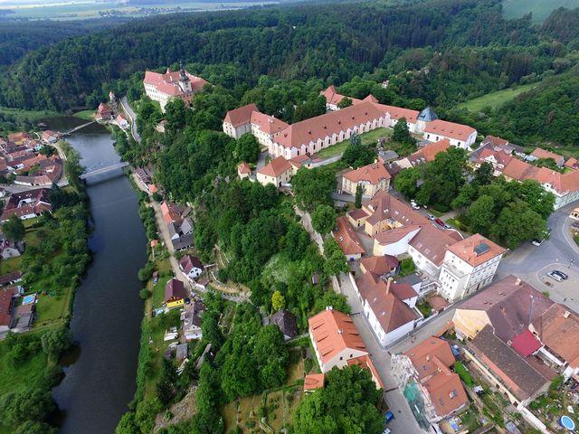 areál bechyňského zámku na skalnatém výběžku; foto F. Smrčka