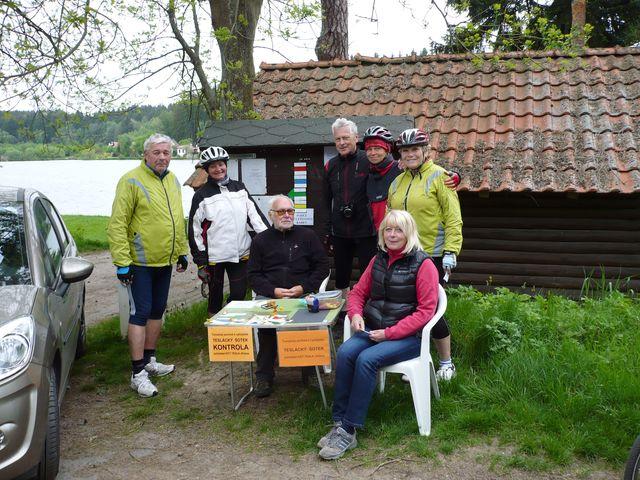 cyklisté na kontrole na Okrouhlíku s traťovými komisaři Libuší a Ivanem Bohatými; foto V. Veselá