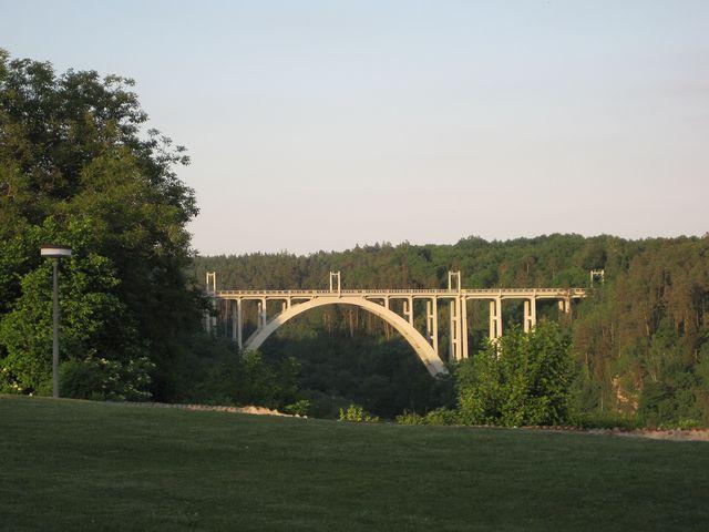 most byl dostavěn v roce 1928, ve výšce 50 m nad hladinou vede silnice i železnice