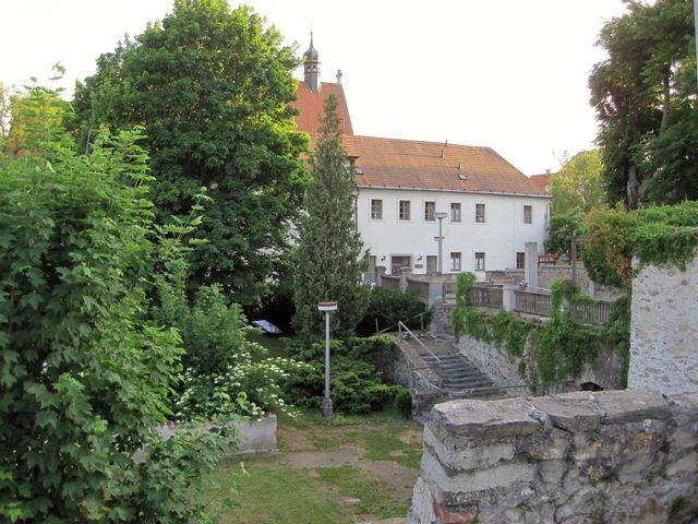 v klášterní zahradě