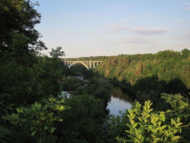 večerní výhled na bechyňský most přes Lužnici, zvaný Duha