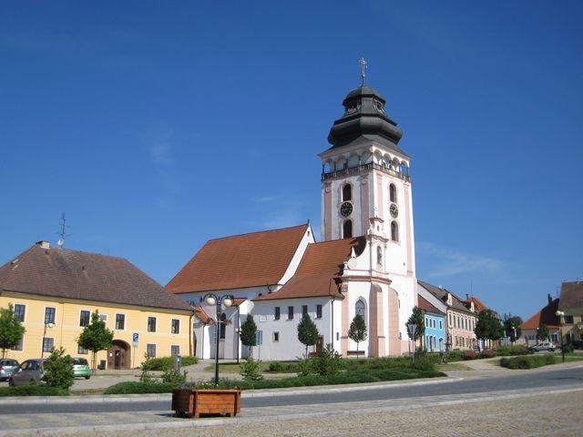 pohled na kostel z jiné části náměstí
