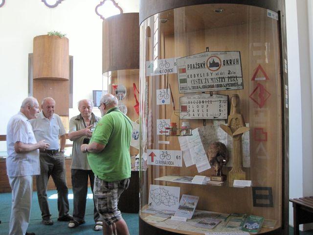 ve výstavních vitrínách může návštěvník sledovat vývoj turistiky u nás i v Evropě