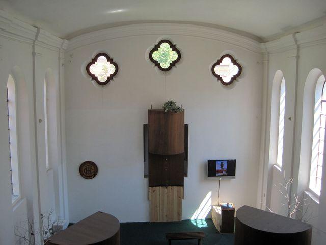 pohled z galerie do výstavního sálu