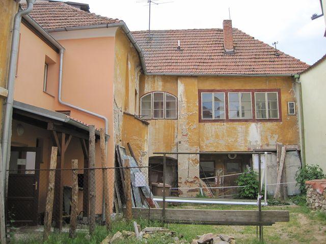 zadní trakt domů, kde bude archiv KČT a ubytovna