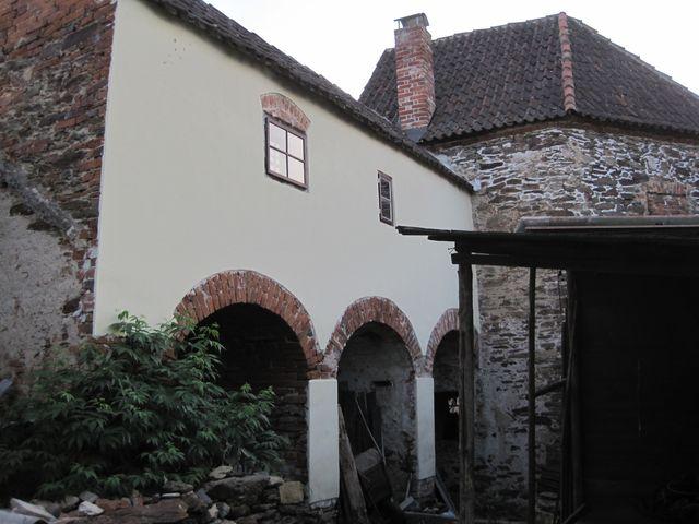 opravené středověké hradby a bašta z parkánu