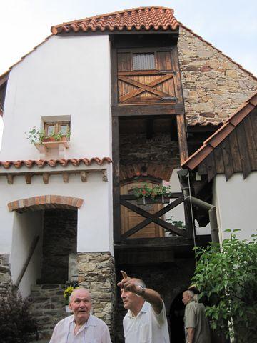 bašta ze dvora vedlejšího domu - pohled z vnitřní strany hradeb