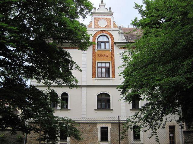 dům jménem Božena - pohled ze zahrady protější Kotěrovy vily